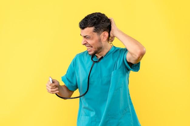 Специалист, вид сбоку, врач рассказывает пациентам, что делать при боли в шее