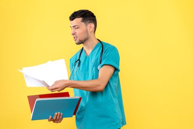 Специалист, вид сбоку, врач с анализами пациента с коронавирусом