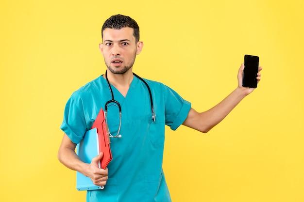 Специалист, вид сбоку, врач с документами показывает телефон