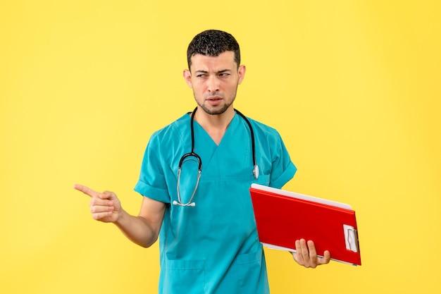 Специалист, вид сбоку, врач с анализами пациента с covid- думает о них
