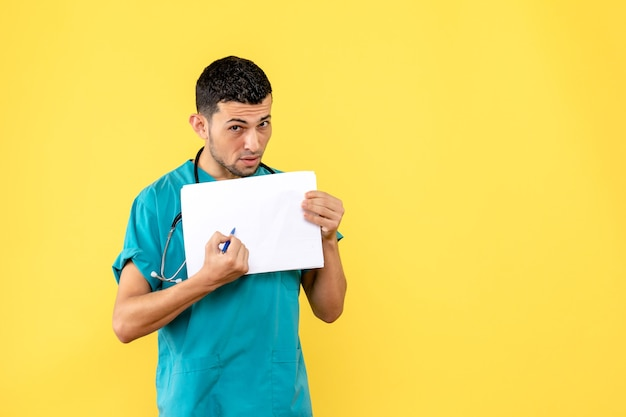 サイドビュースペシャリスト医師が患者に処方箋を書く