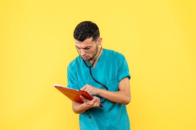 サイドビュースペシャリスト医師がコロナウイルス患者に処方箋を書く