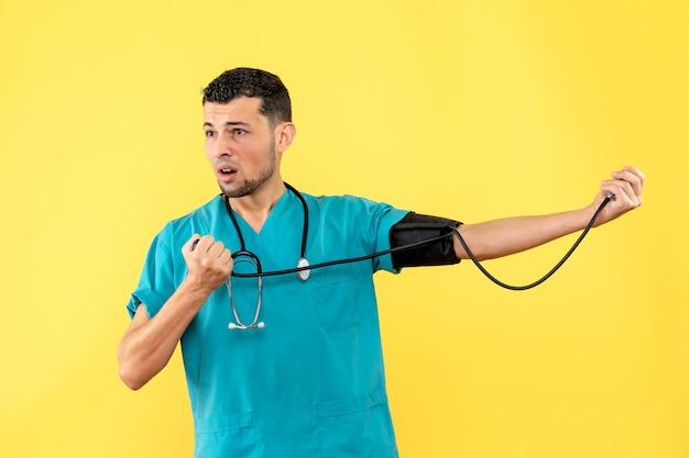 Specialista di vista laterale un medico sta pensando a pazienti con ipertensione