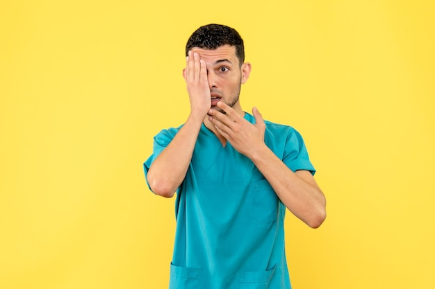 Vista laterale uno specialista il medico sa cosa fare se l'occhio fa male
