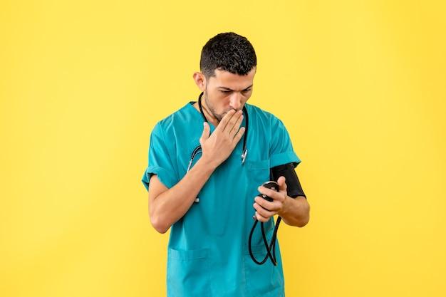 Un medico specialista in vista laterale misura la pressione e ne è sorpreso