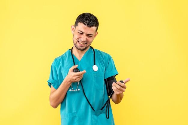 Specialista di vista laterale un medico misura la pressione sullo sfondo giallo