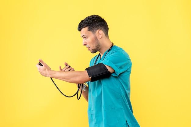 Specialista di vista laterale un medico misura la pressione