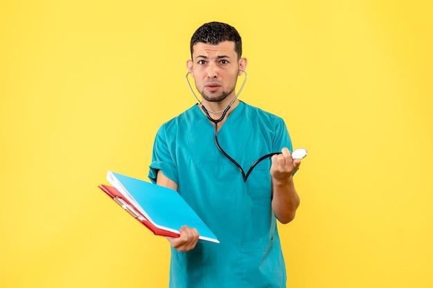 전화 내시경 및 문서가있는 측면보기 전문 의사가 환자에게 문제에 대해 질문합니다.