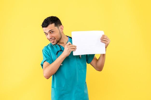 Specialista di vista laterale un medico scrive la prescrizione al paziente con il virus