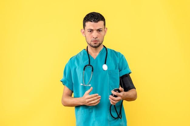 Специалист, печальный врач, вид сбоку, измеряет давление