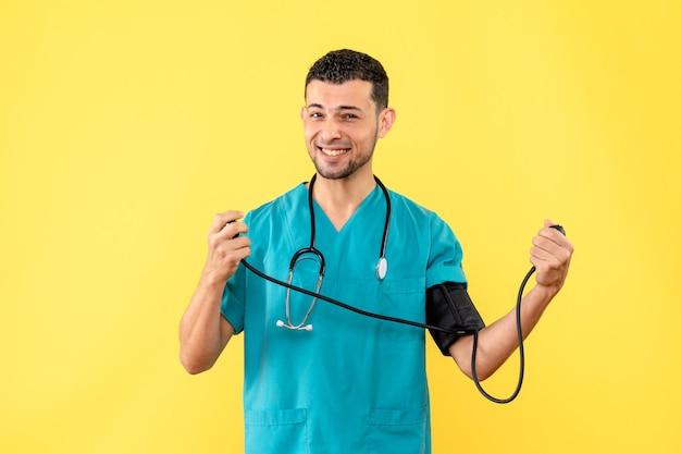 Улыбающийся врач, вид сбоку, специалист измеряет давление