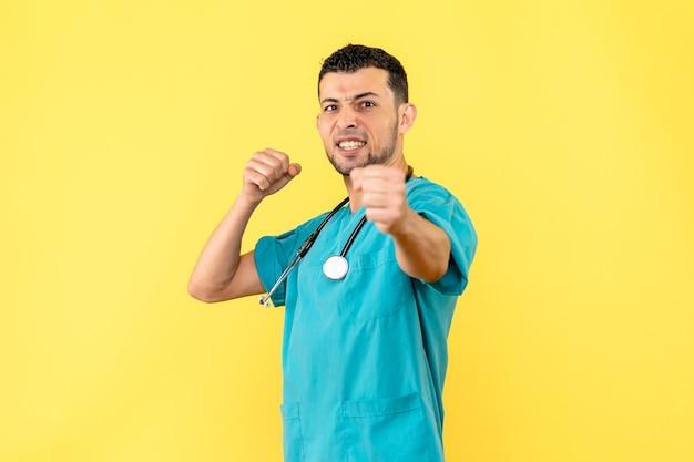 Специалист, вид сбоку, врач рад, что вылечил пациента с covid-