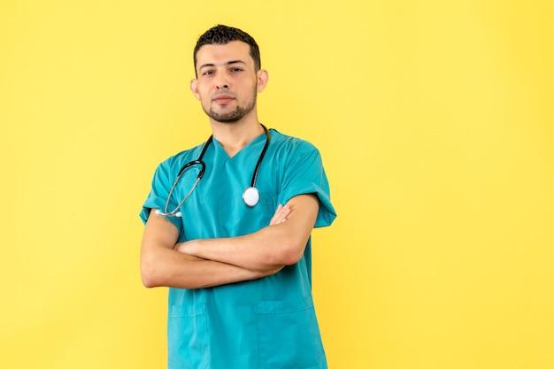 Специалист, вид сбоку, врач счастлив, потому что люди держатся на социальной дистанции