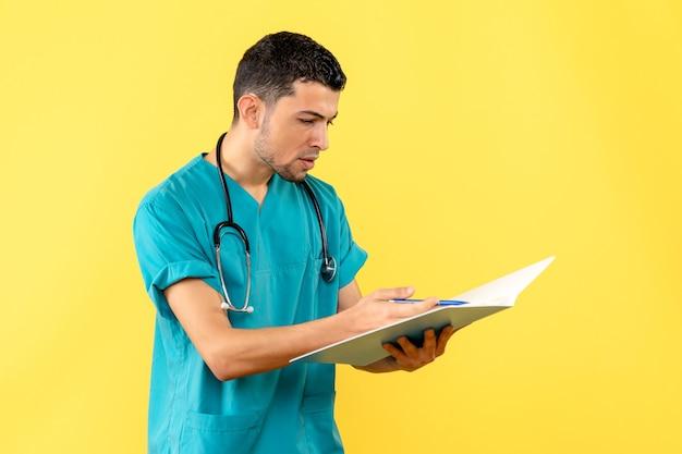 Специалист, вид сбоку, врач смотрит на анализы пациента с covid-