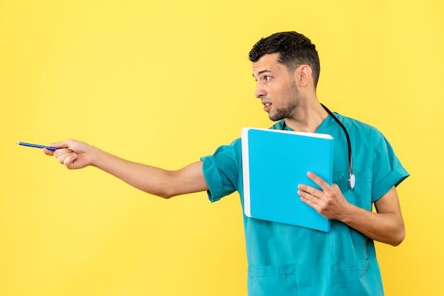 환자 코로나 바이러스 검사 결과가있는 의사가 측면보기 전문가가 측면을 가리 킵니다.
