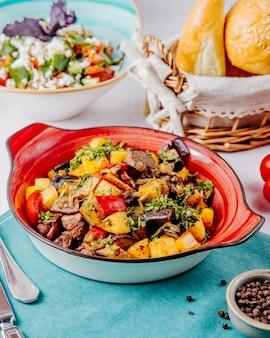 Vista laterale di carne in umido e verdure sul tavolo