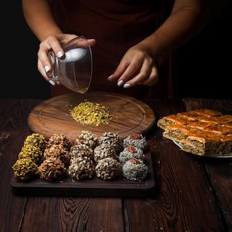 Вид сбоку конфет ручной работы из орехов, сухофруктов и меда в горизонтальном положении