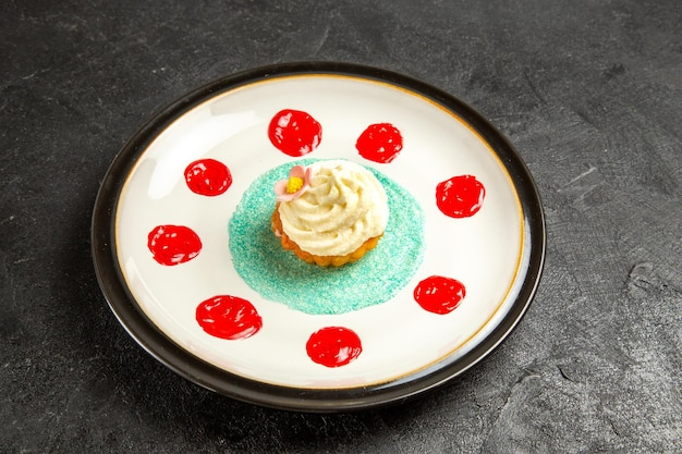 어두운 표면에 있는 하얀 접시에 있는 맛있는 음식 식욕을 돋우는 디저트