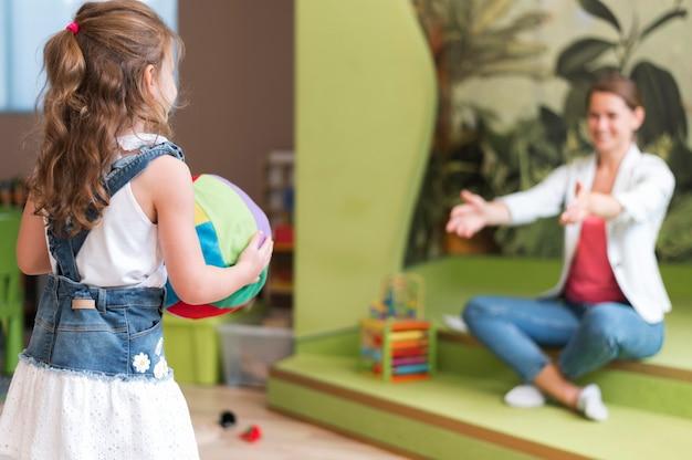 サイドビューの先生と遊ぶ子供