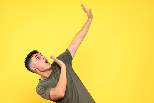 Вид сбоку мужчина, шокированный мужчина наклонился, смотрит вверх и протягивает руки