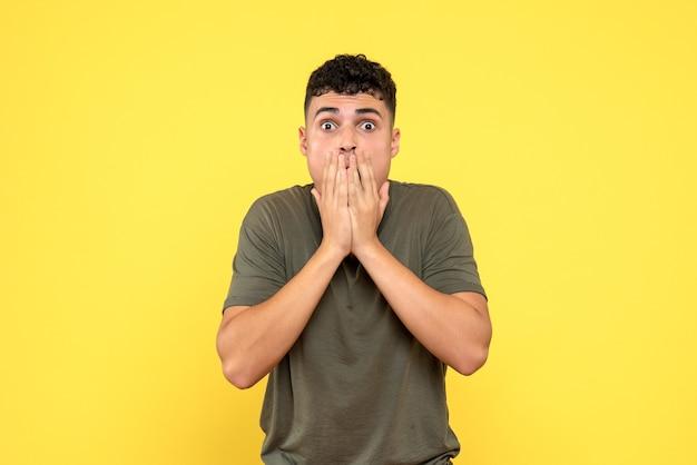Вид сбоку мужчина шокированный мужчина прикрыл рот рукой
