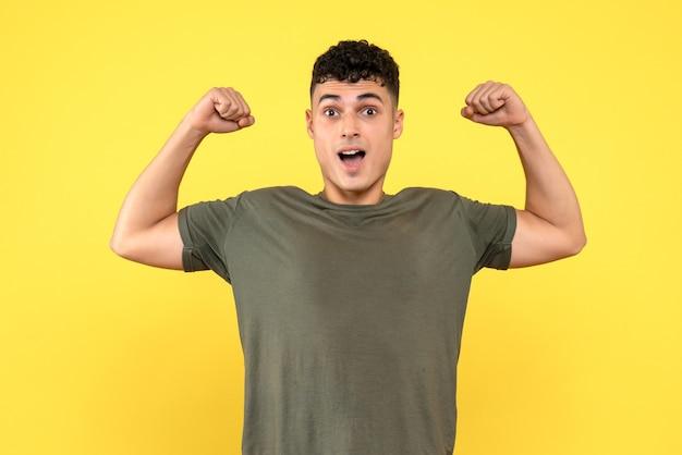 측면보기 웃는 남자 근육을 과시하는 남자