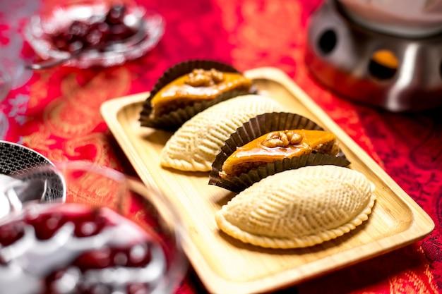 Вид сбоку традиционные азербайджанские сладости пахлава и шекербур