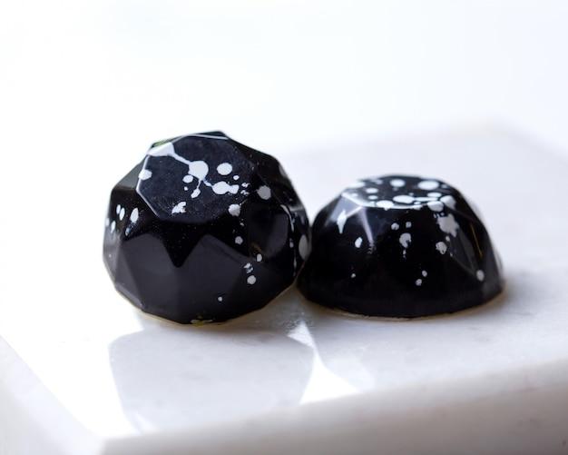 側面図2白いスタンドに白い斑点のあるチョコレート菓子で黒