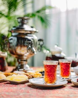サイドビューのお菓子とアルムダの2つのお茶