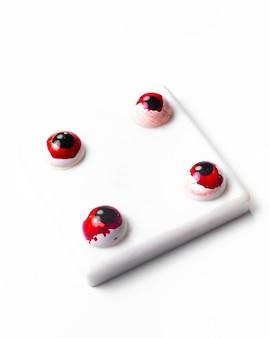 Vista laterale delle caramelle di halloween della cioccolata bianca bianche