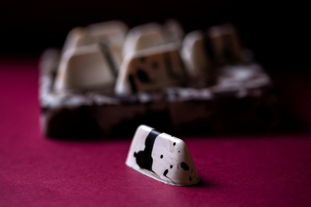 テーブルの上の黒い斑点チョコレートのお菓子で白の側面図
