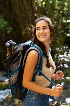 Vista laterale della donna in avventura nella natura