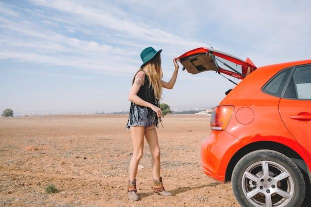 サイドビュー女性閉車車トランク
