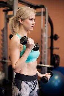 Vista laterale della donna durante l'allenamento