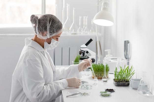 Вид сбоку женщина эксперимент на ростке