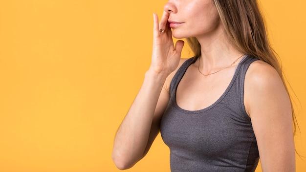 Вид сбоку женщина, держащая ноздрю