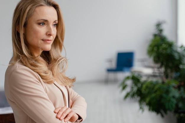 Donna di vista laterale che propone al lavoro con lo spazio della copia
