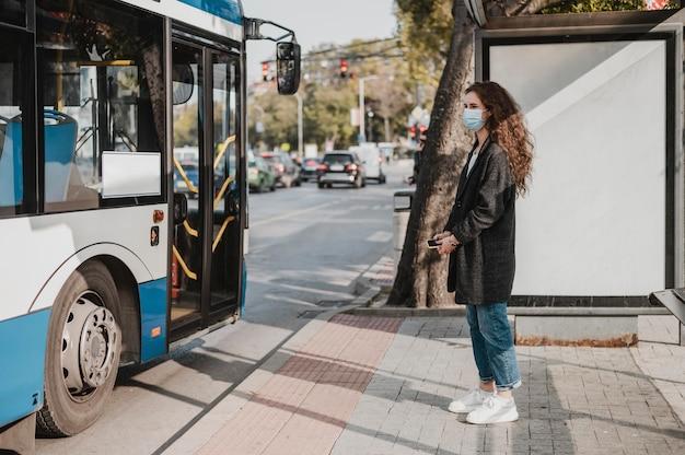 버스를 기다리는 측면보기 여자