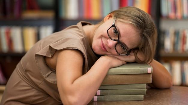 Вид сбоку женщина с книгами