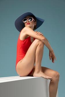 赤い水着の側面図の女性