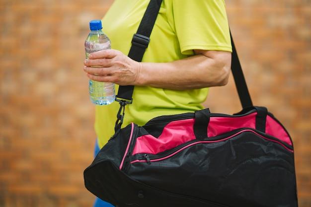 Vista laterale della donna con borsa sportiva