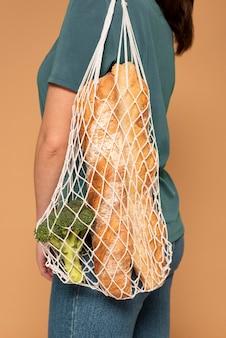 Вид сбоку женщина с черепашьей сумкой крупным планом