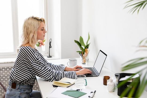 自宅で働く側面図の女性