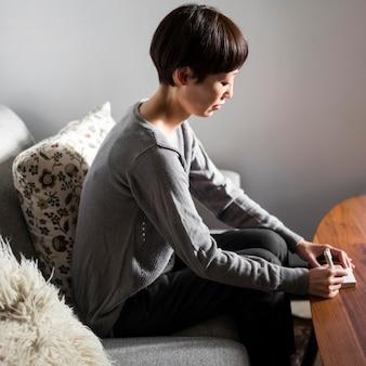Вид сбоку женщина писать сообщение