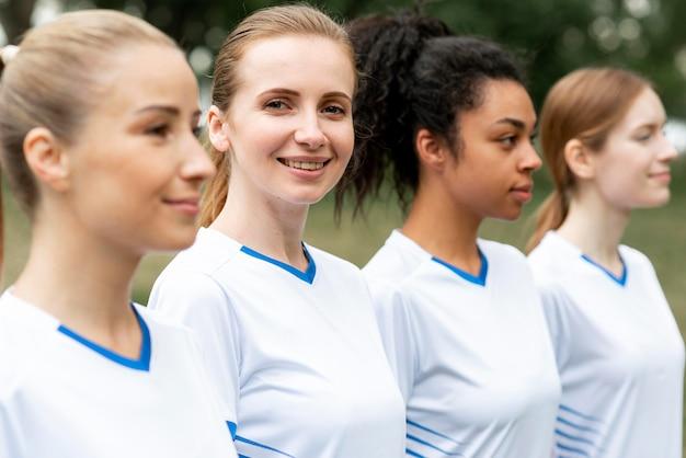 サイドビュー女子サッカーチーム 無料写真