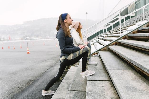 ステップの女性は、ステップで肺を吹く