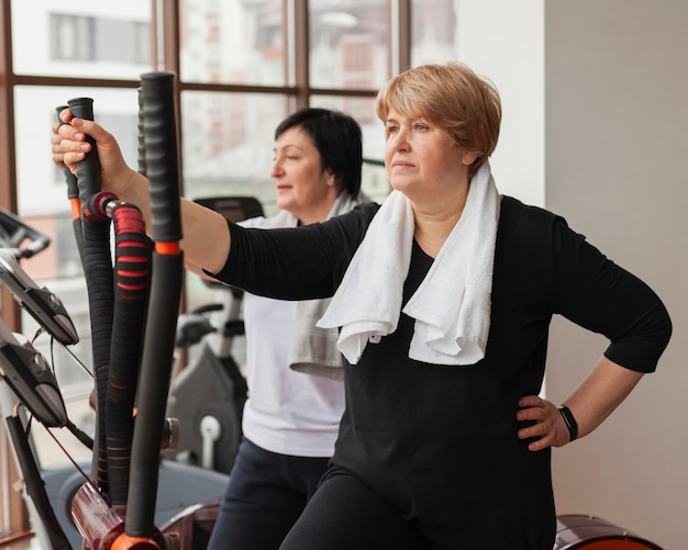 Тренировка женщин в спортзале