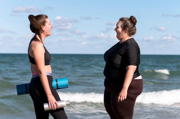 Вид сбоку женщины с ковриком для йоги