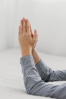 Giovane ragazzo di vista laterale che prega