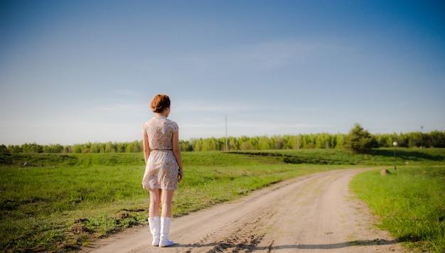 측면보기 젊은 여자. 좌절 당황 여자는 그녀의 개인적인 삶, 소녀와 외로움의 개념에 불행한 문제를 느낀다.